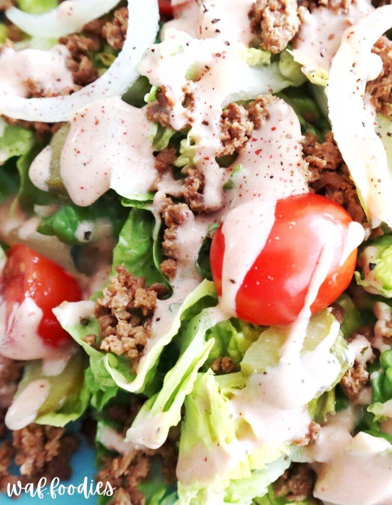 salat mit zwiebeln, dressing, hack