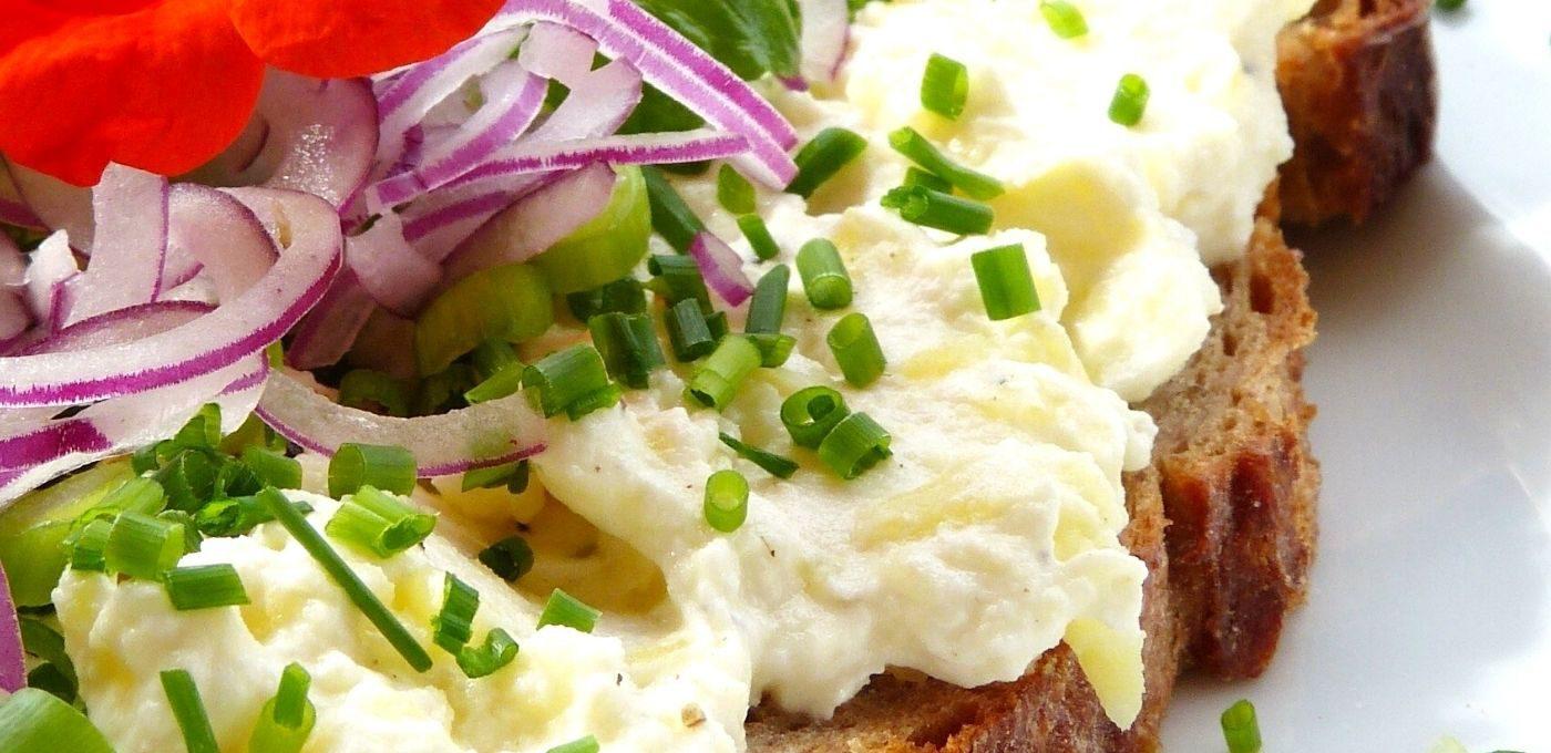Eiersalat aus körnigem Frischkäse