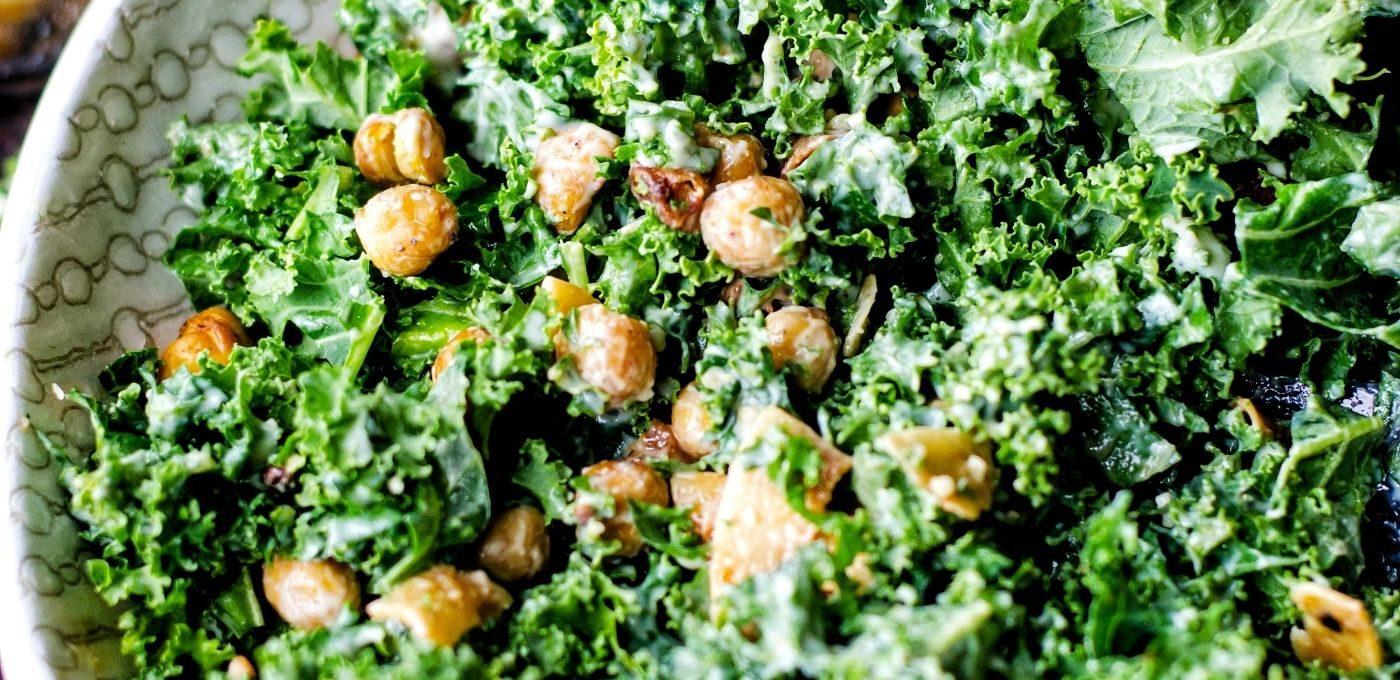 Grünkohlsalat mit gerösteten Kichererbsen