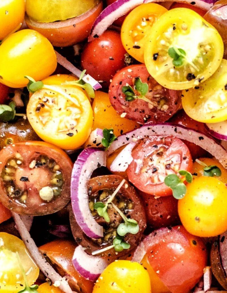 bunte kleine tomaten als salat