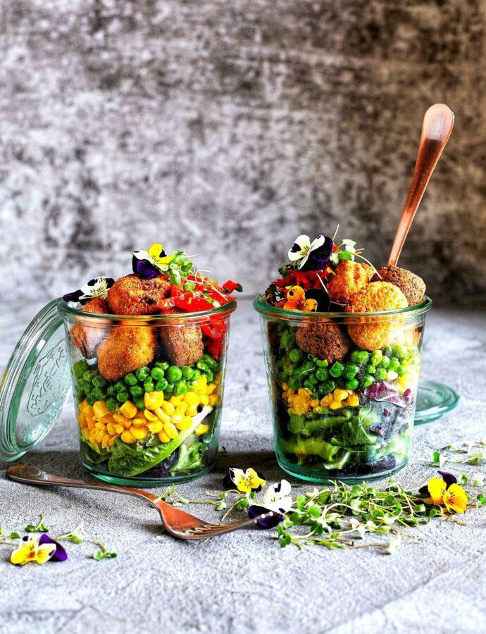 Schichtsalat im Glas mit Falafel Topping
