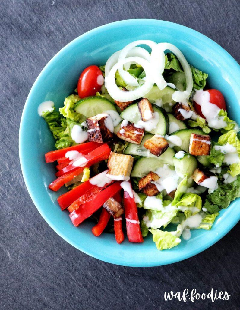 salat mit gebratenem Tofu