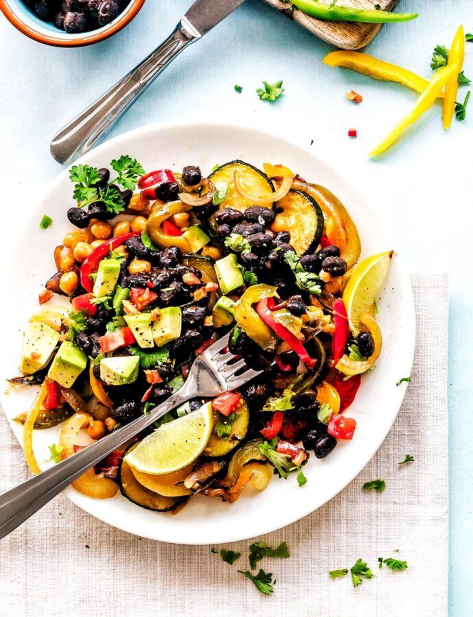 Warmer Salat mit Aubergine und Avocado