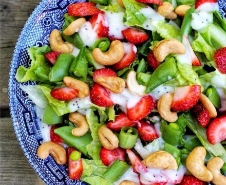 Cashew-Erdbeer-Salat mit veganem Joghurtdressing