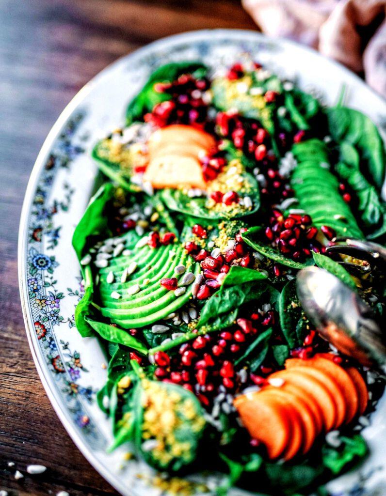 veganer-salat-mit-avocados