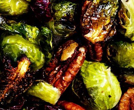 Veganer Rosenkohlsalat mit Pekanüssen