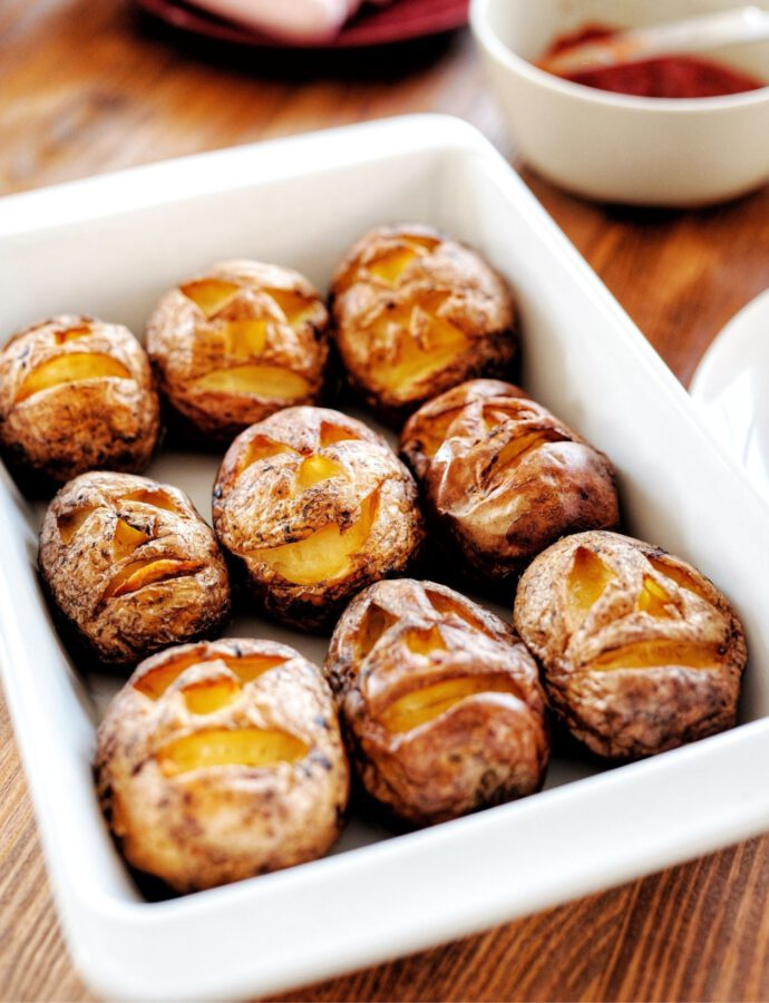 Backkartoffeln ohne Alufolie als Kartoffelköpfe zu Halloween