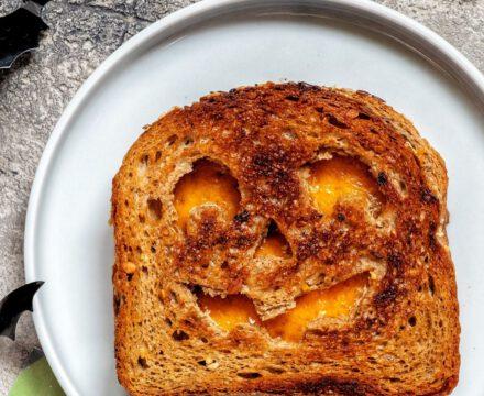 Veganer Monster Käse Toast zu Halloween